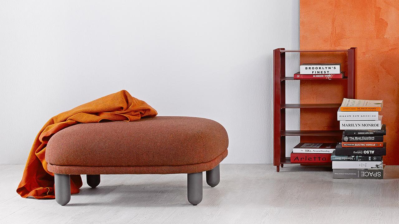 云团沙发的红棕色脚墩,随便搭上双腿,让一整个阅读时光舒适惬意。