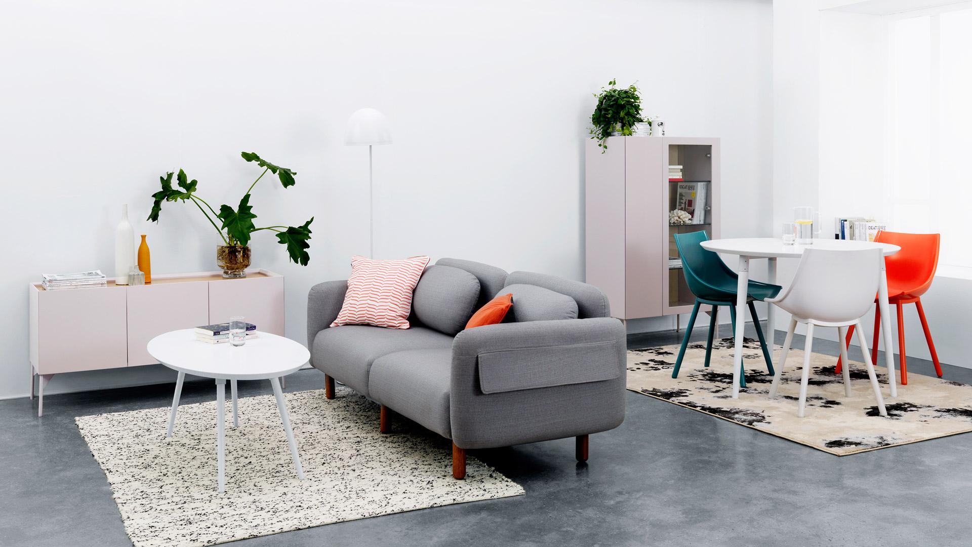 无论是规整闭合的客厅空间,还是自由开放的loft,作为沙发围合空间的绝配搭档,美与功能性兼得的矮柜,带来优美的装饰。?x-oss-process=image/format,jpg/interlace,1