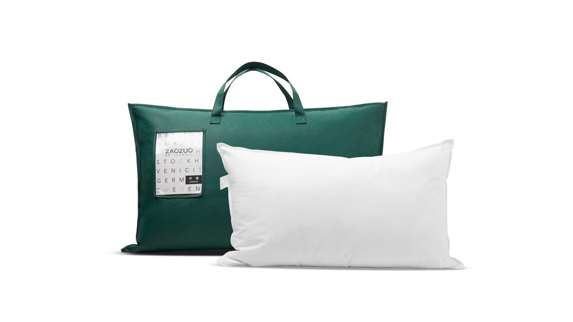 每一个出厂枕芯都细致卷包放在PVC袋中压缩抽真空封存,外包装采用120g墨绿色无纺布圆筒袋及产品信息卡,从开箱一刻就为你带来完美质感。