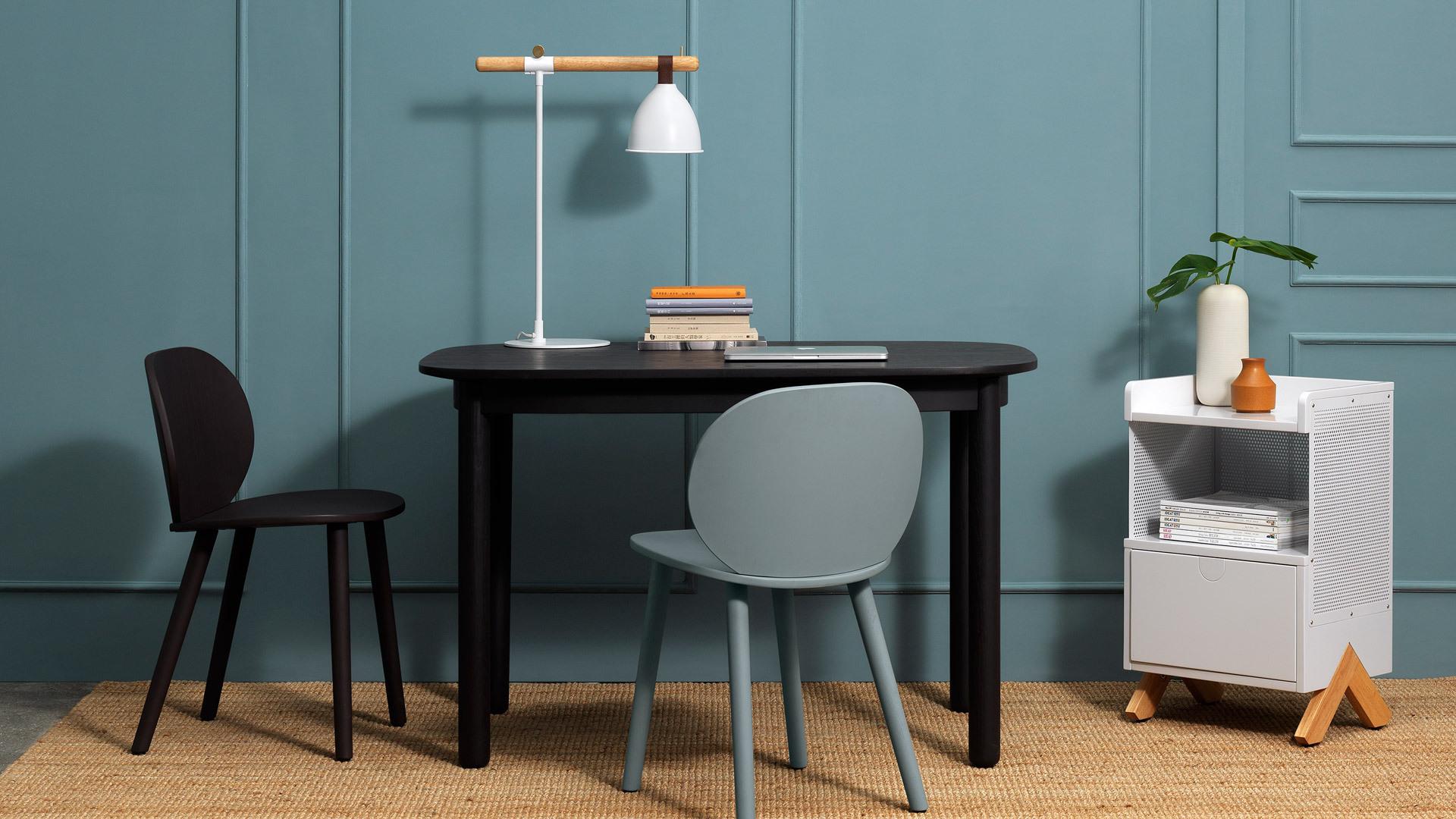 误差小于1mm的隐藏走线工艺,及要求力学平衡的仿铃铛灯罩悬挂方式,造就了朴实收敛的外形,与任意风格的桌面自然融合。