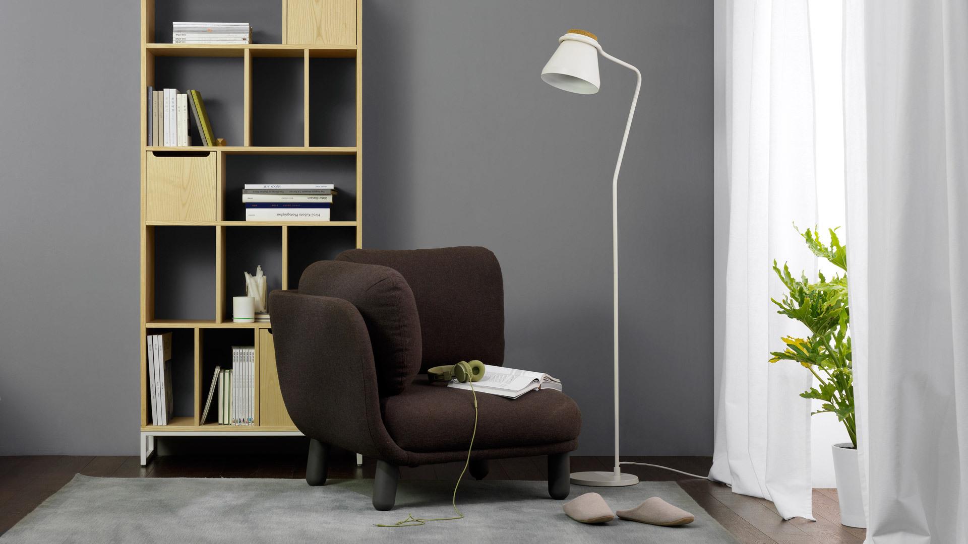 用0.8米宽书架衬在阅读背景角,温暖木色与柔软云团沙发相得益彰。