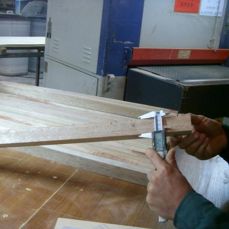 造作品管正在检测椅腿尺寸