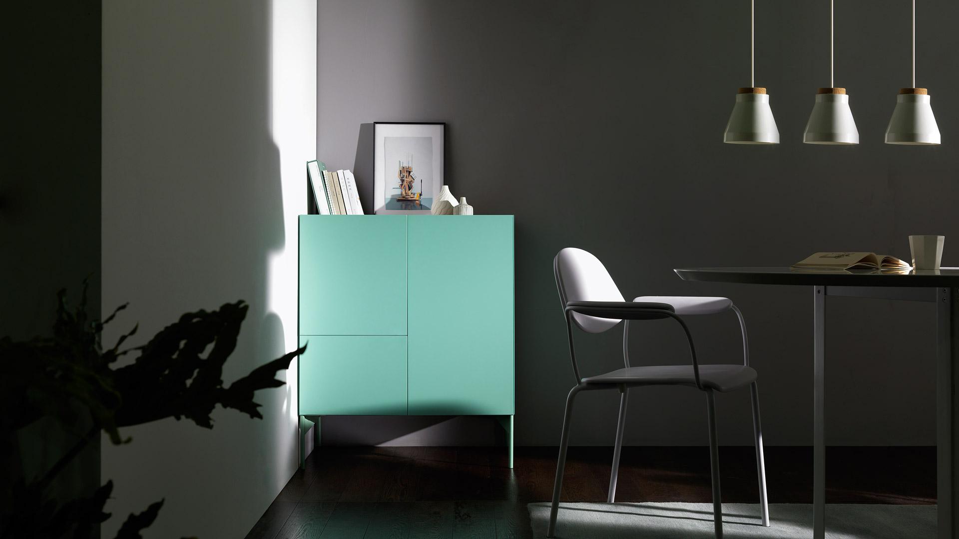 形态与功能的高度简洁,为紧凑餐厅空间带来放大的透气感,自带装饰属性,维持餐厅的优雅收纳。