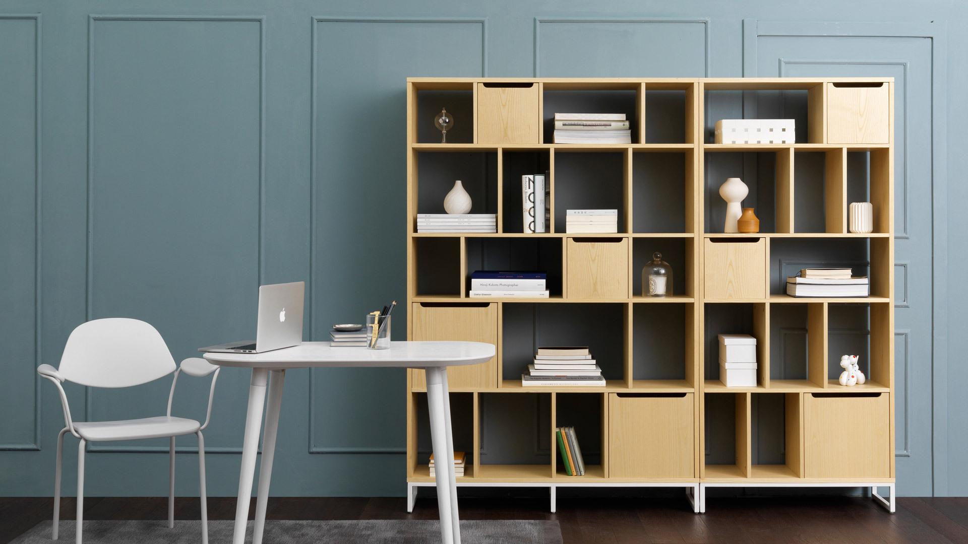 用画板书架为书房垫一层有温度的木质基调,两种尺寸联排使用,为安静的创作和阅读空间点上优雅的书香。