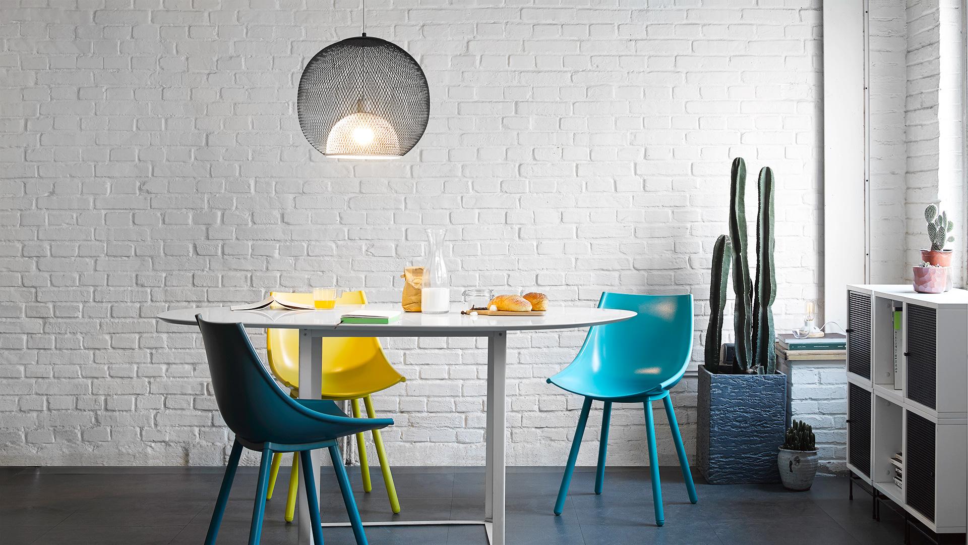 几把撞色丝绸椅点亮空间,随形桌的不规则弧线桌面打破传统餐桌的围合局限,最后用高级氛围吊灯营造柔和散射光,用餐的幸福,只有你懂。?x-oss-process=image/format,jpg/interlace,1