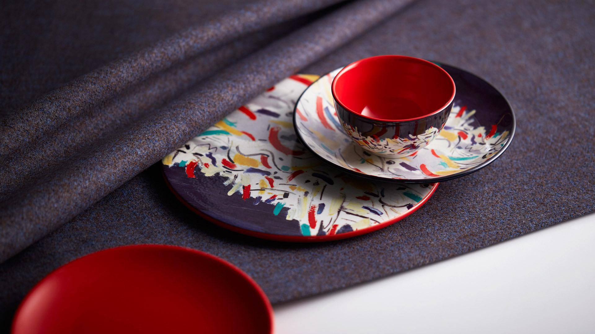 画作纹样与正红色撞击出瓷器澎湃的温度,赋予餐具跳动的生命力。