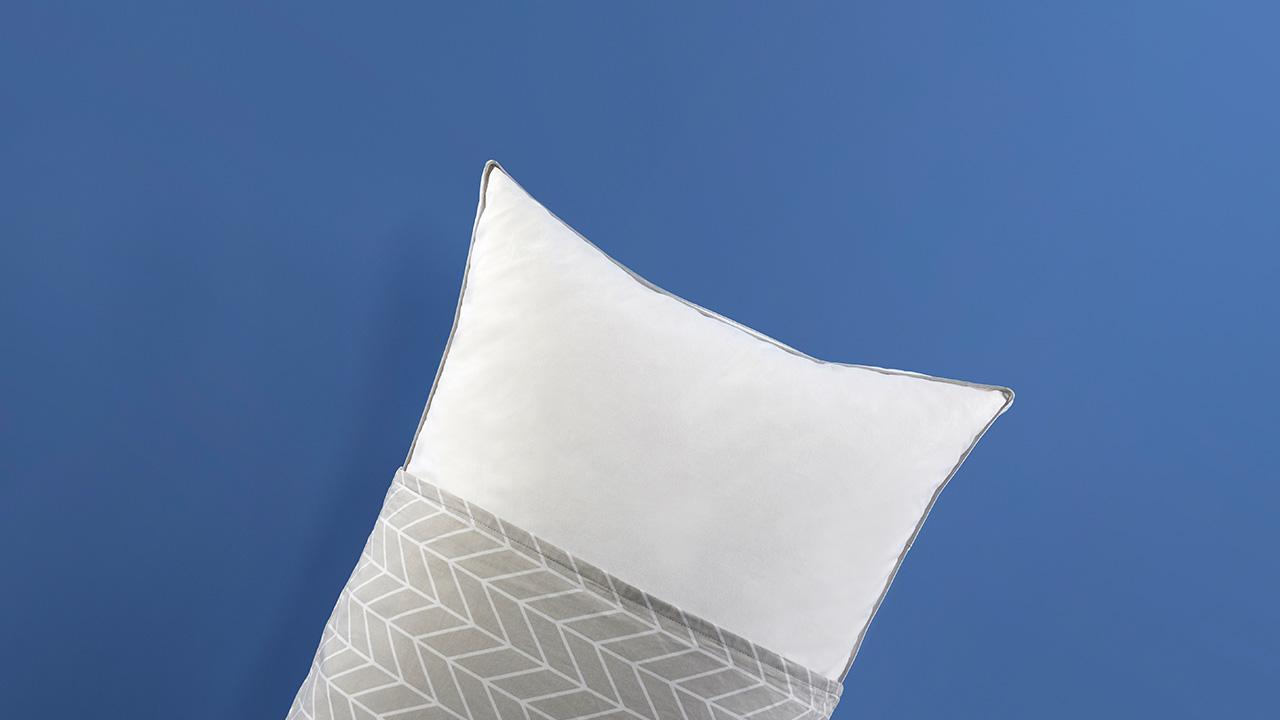 """和5个系列的""""有眠""""枕套均能完美搭配。经过基础除味处理后仍能闻到淡淡的鸭绒味属正常现象,不可水洗除味,建议专业干洗后通风处晾晒,不可暴晒。"""