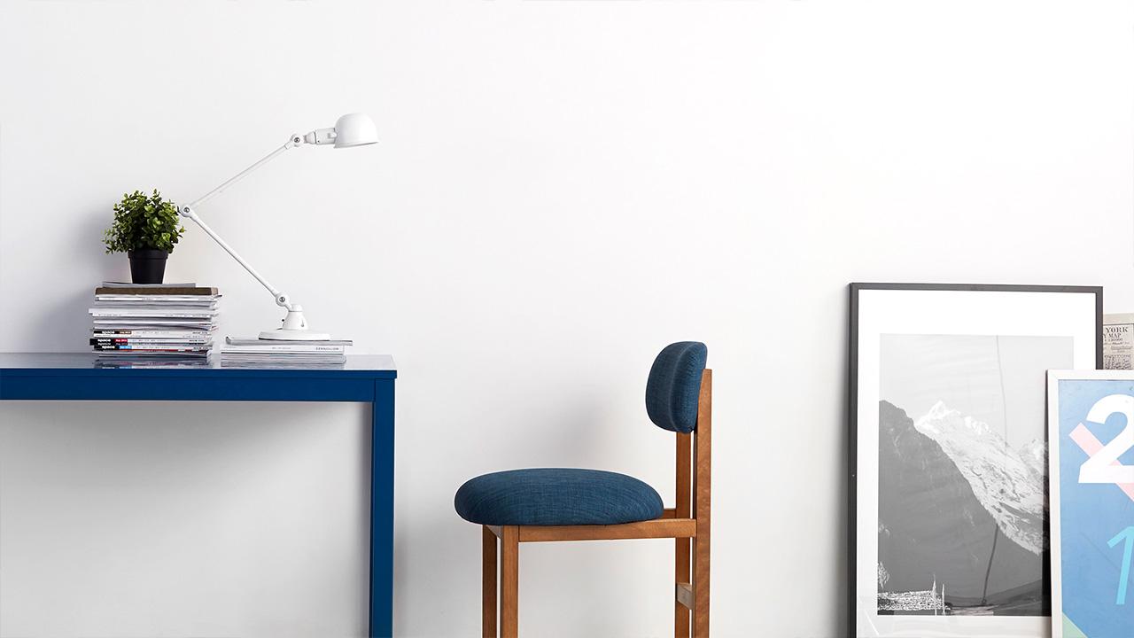 岚蓝工作型8点椅与蓝色基调的创想工作室也十分match,超舒适功能椅让你从早到晚伏案工作都不觉疲累。