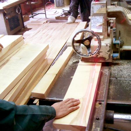 工人师傅用修边机将木料裁切规整
