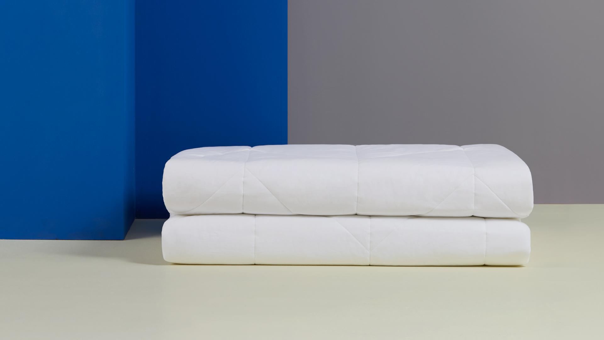 全尺寸1.2米、1.5米、1.8米三种可选,最大尺寸1.8米双人床的被芯重量仅为2100g,轻薄的身量,体重不超过4瓶普通矿泉水的总量,陪你轻盈入睡。?x-oss-process=image/format,jpg/interlace,1