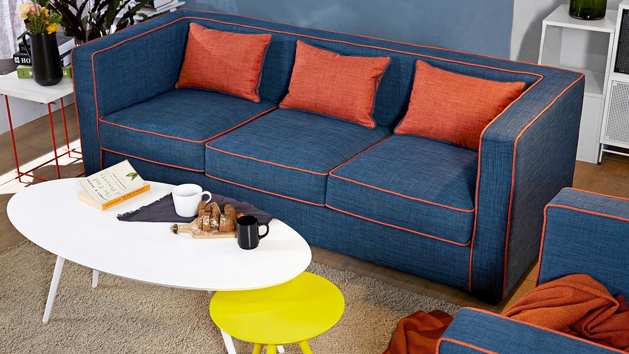 三人座+单人座的沙发搭配法,完全满足三口之家的日常客厅需求,围合区域里加一块浅色方毯,舒适度更佳。