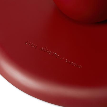 哑光漆面处理,每一寸皆精细喷涂,翻转桌面更可见设计师Luca Nichetto的亲笔签名