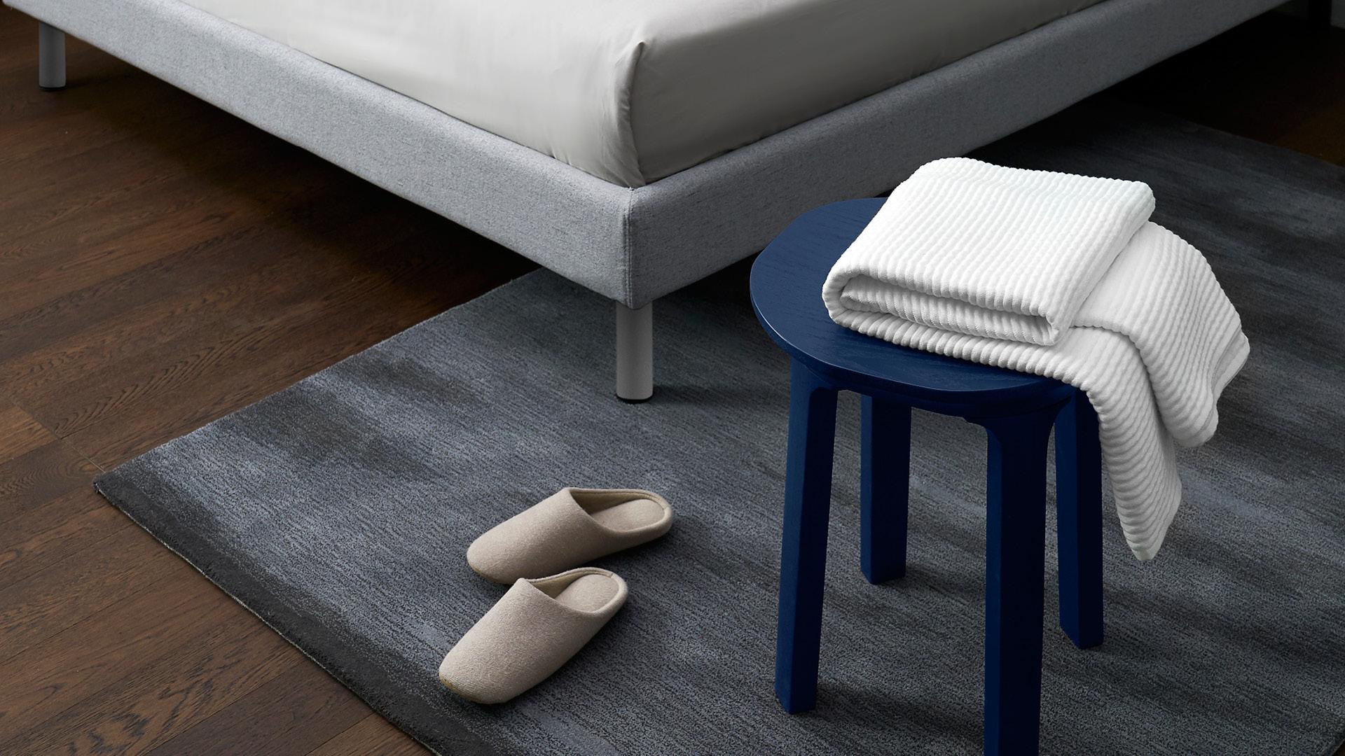卧室床边毯或床尾毯的使用,让空间格局更有层次感。双脚落地的柔软安踏,为快速舒睡做好充足的准备。?x-oss-process=image/format,jpg/interlace,1