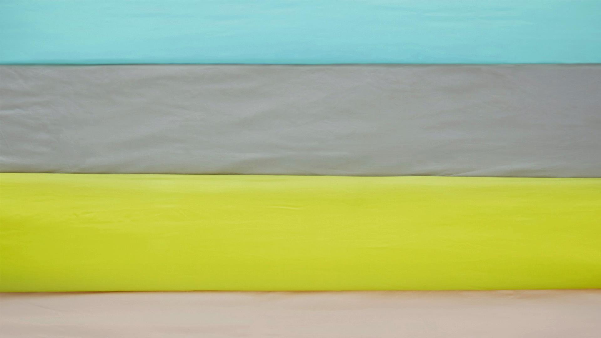 床品如何看颜值?浮夸艳俗必然不是美貌,睡觉时,我们需要的是柔和干净,有眠杜绝繁复沉闷的图案和刺眼的人造色,从源于生活场景实物的NCS色彩体系中筛选,用四种纯净自然色,产生六组撞色方案,让卧室也活泼一点。
