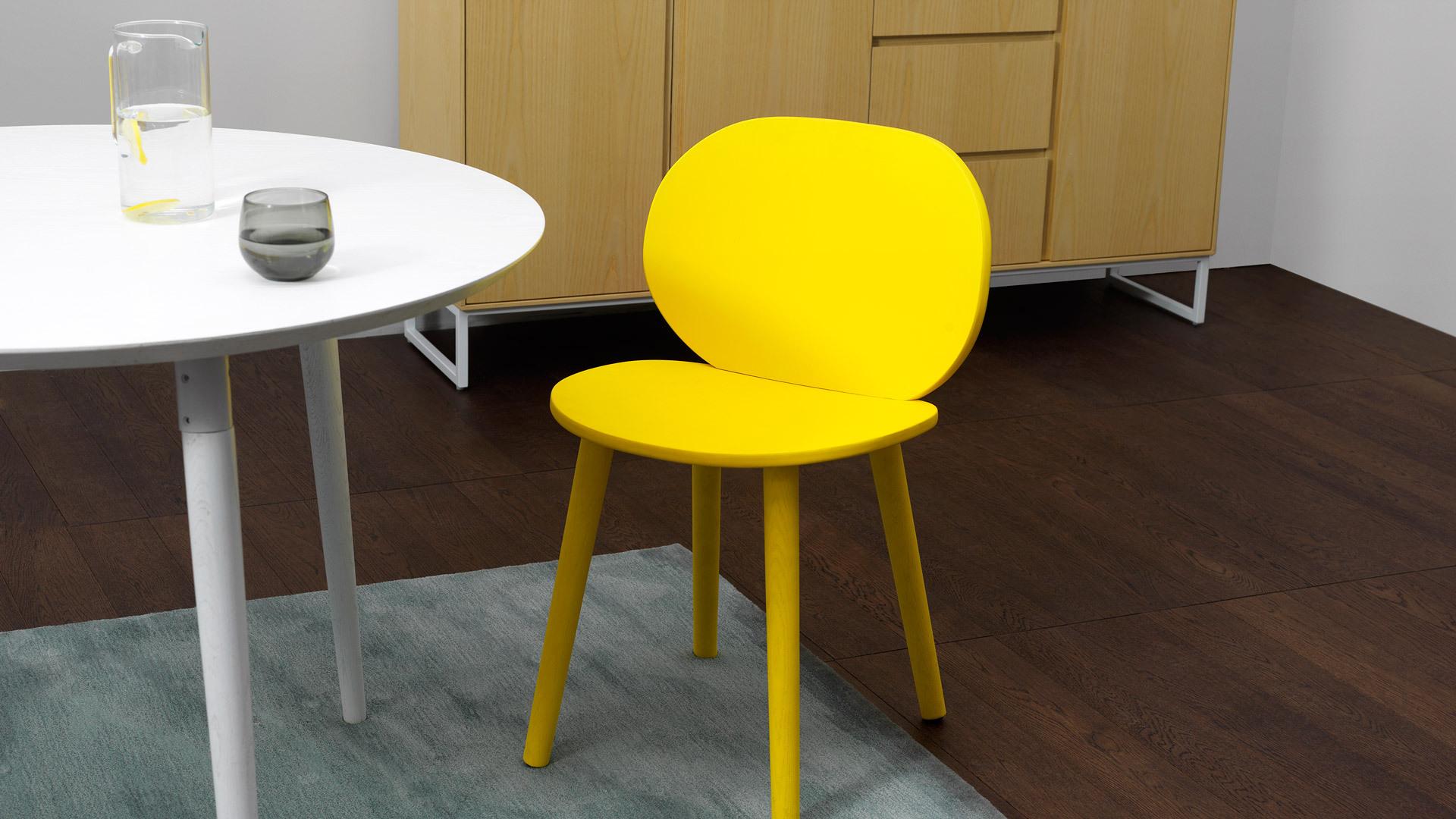 搭配曲线贴合的画板圆餐桌,打造一处精致餐区,圆弧曲线相互呼应,一抹鲜亮柠黄提亮围坐氛围,优雅用餐仪式立添俏皮情趣。