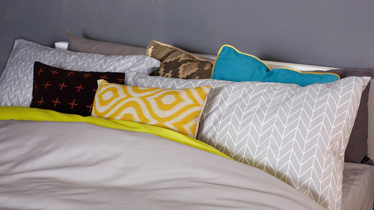 用心还不止于此,在枕头最前端再加一款同色系其他明度的黄色抱枕,与柠檬黄拉开层次,形成更强的跳跃感。