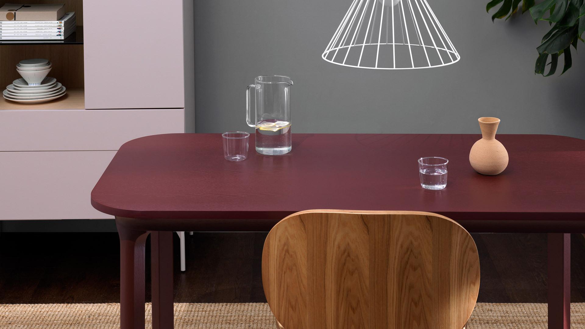 以木质餐桌椅相搭配,让温馨度满格,在暖色调中营造出一种更具东方韵味的空间氛围。