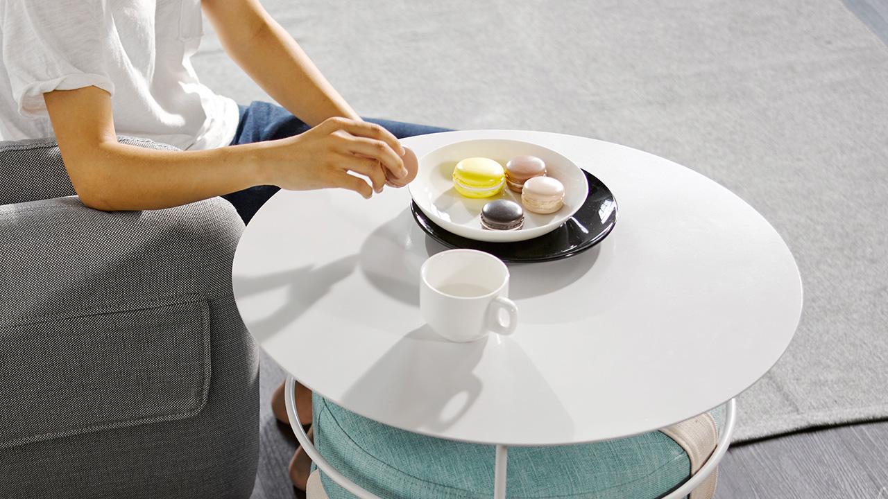 伸手可得的甜点,是一下午轻松自在的甜美心情;小巧多变,是沙发旁的绝配边几。