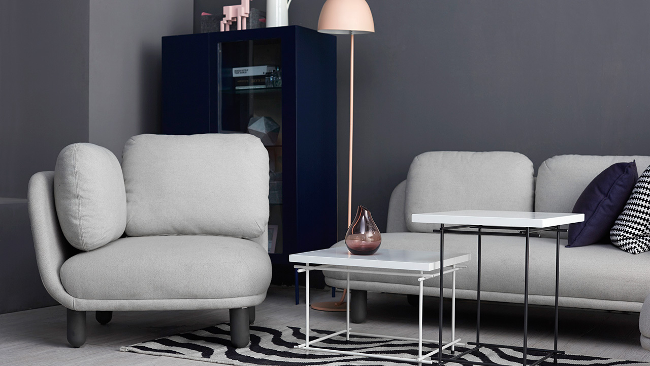 45°角单人座斜切摆放,打破线性双人座沙发的呆板格局,抽长的水母落地灯巧妙平衡了空间高度,怎么落座都不觉压抑。