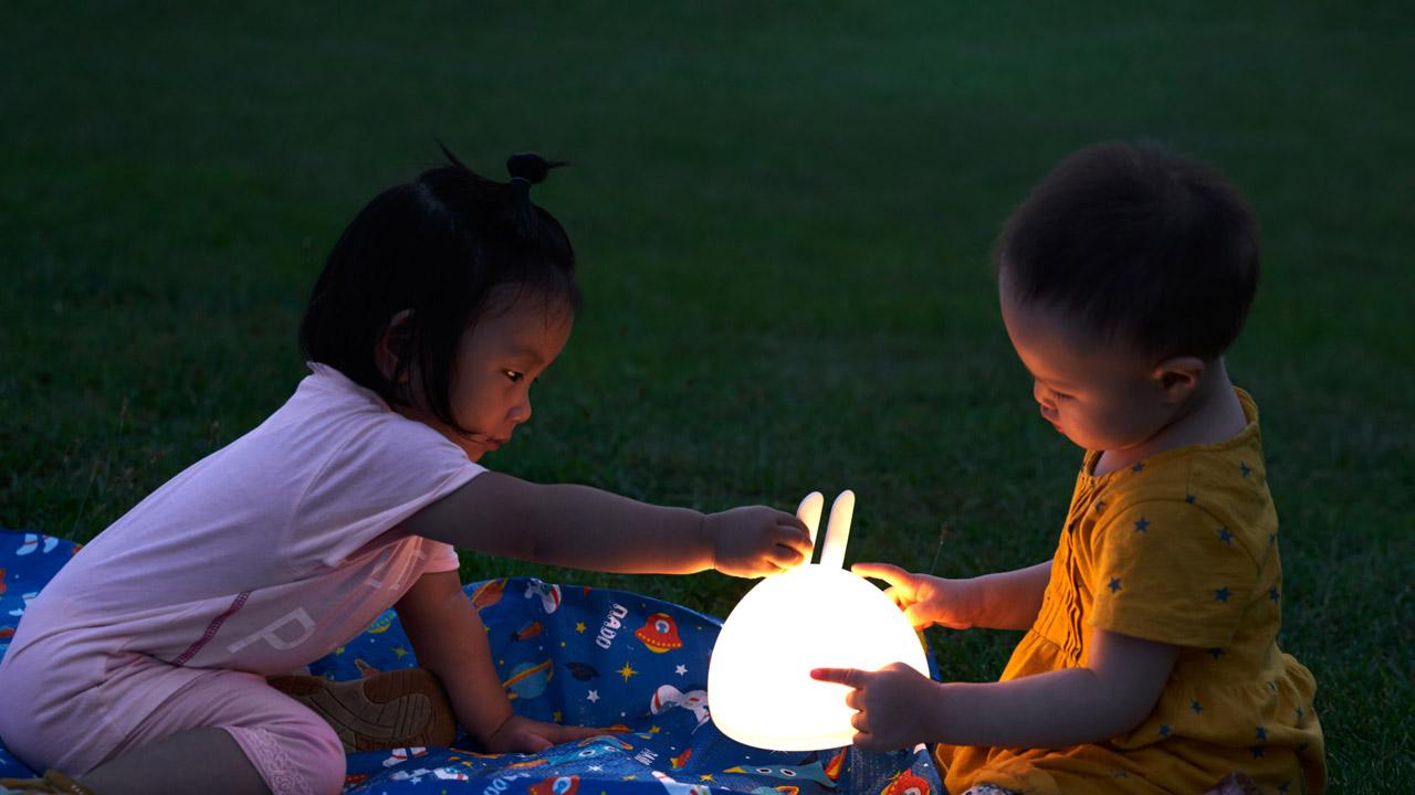 让光在你的手中弥漫,如掬一捧被清风吹落的月光,静静陪伴成长,回忆中一只月兔勾起儿时难忘的瞬间。
