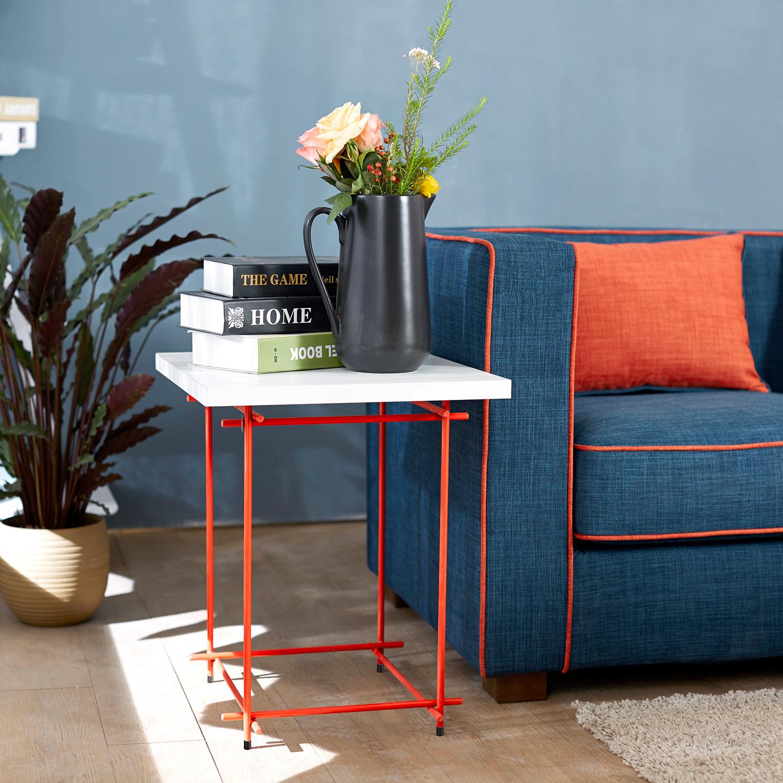 茜红色线几与作业本沙发的靠包再一次呼应到,给空间更多通透感的小边几,正是时髦而年轻的做法,学起来吧。