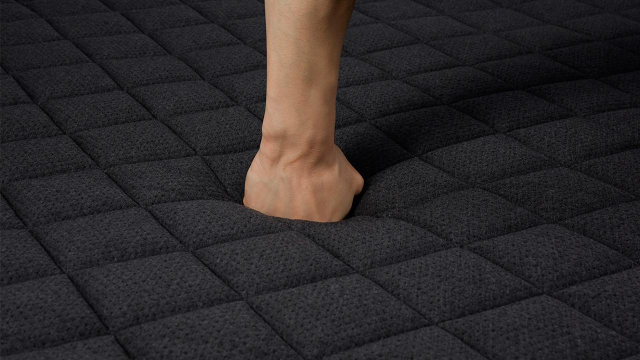 顶端裥花下层,采用蓬松棉和20kg/m³的双层高密度海绵,高承托和高回弹力,快速卸除身体压力。