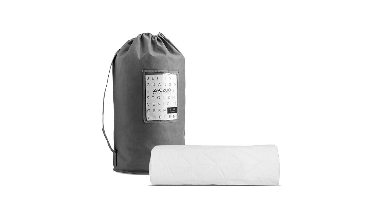 每一个出厂的床褥都细致卷包放在PVC袋中压缩抽真空封存,外包装采用120g深灰色无纺布圆筒袋及产品信息卡,从开箱一刻就为你带来完美质感。