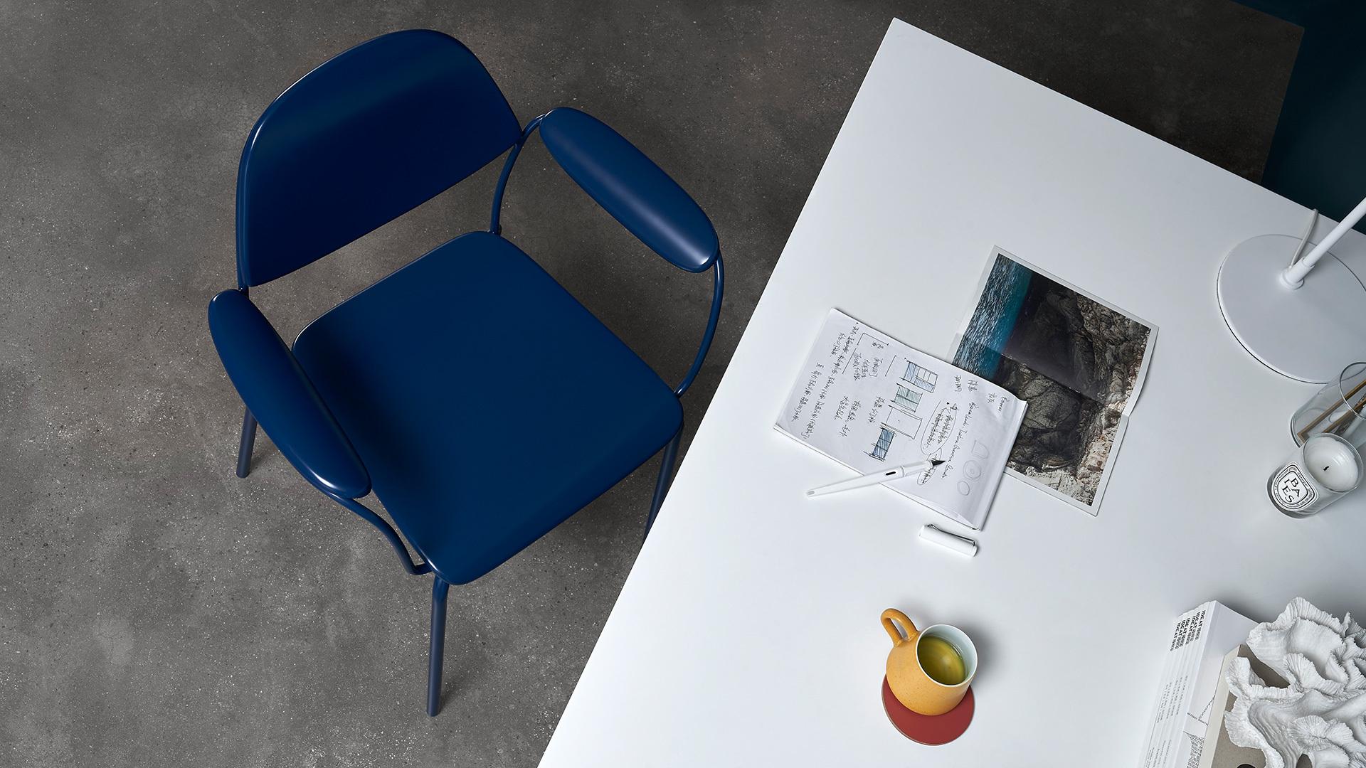 优美收敛的造型,用于低调书房的工作椅照样质感上乘,与同样线条纤美的作业本桌子、赋格小柜、鹿铃台灯、星云置物系形成对仗工整的诗意搭配。