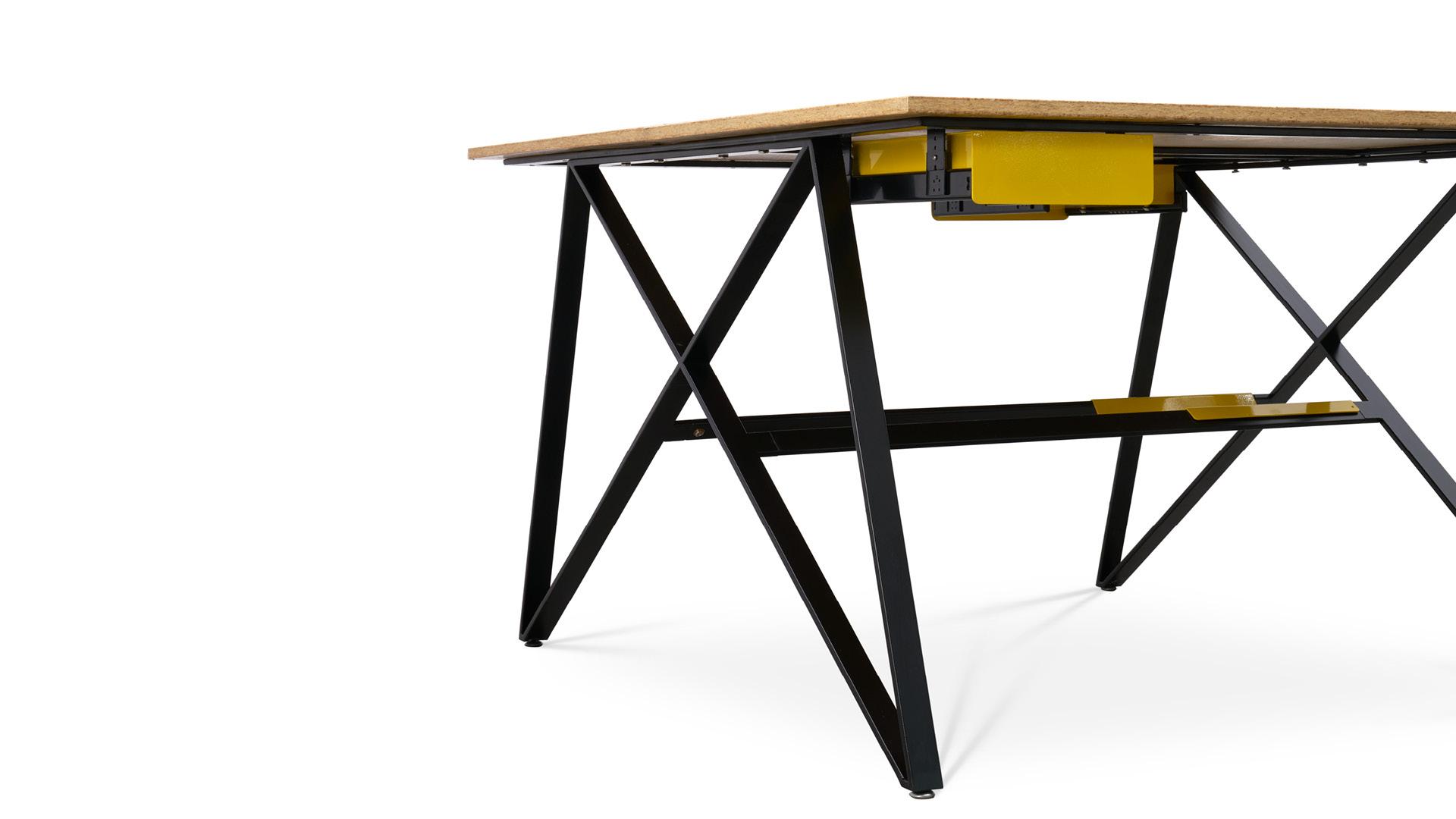 工业聚地的钢筋结构,以及工业象征符号的螺母,赋予了这款办公桌最大的设计特色——X形交叉桌腿,区别传统垂直腿,它昭示了无限、完美、极致的先锋工业态度。