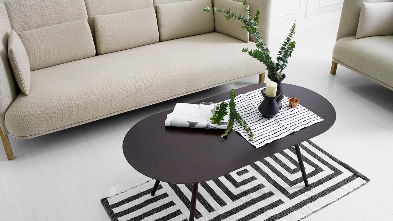 画板咖啡几拥有流畅的桌面曲线,与COFA形成绝配弧线,空间里的多处C字形处理,与挺拔的空间构线相映成趣,客厅视觉张弛有度。