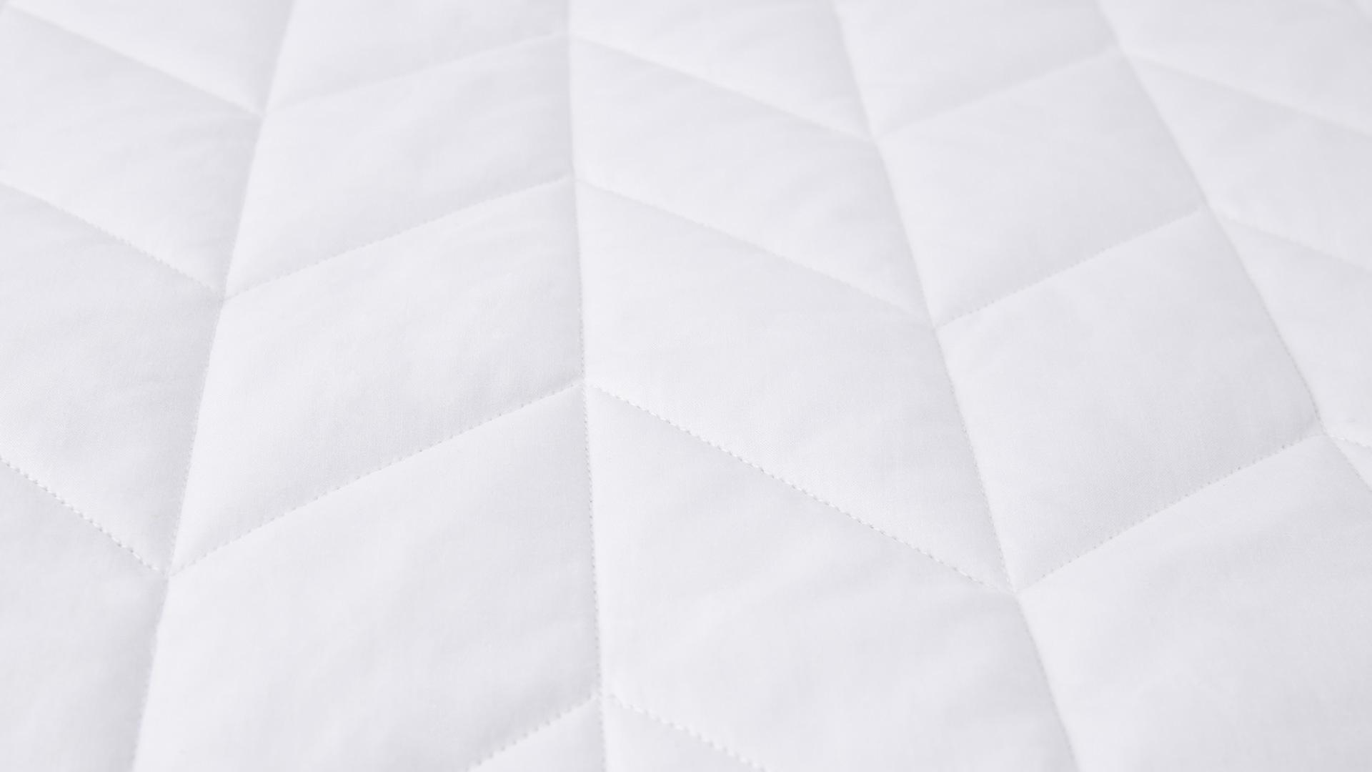 表面采用内衣品级100%全棉面料,面料纱线以40纱支200根密度为标准,质感细腻柔软,具有吸汗、保温、耐热、安全不刺激的特性,每晚给肌肤婴儿般的吻。所有菱形格子均采用45°折线绗缝工艺,保证填充物固定不脱絮的同时床褥薄厚均匀,夹在床单与床垫间的小垫层都要精准美观。?x-oss-process=image/format,jpg/interlace,1