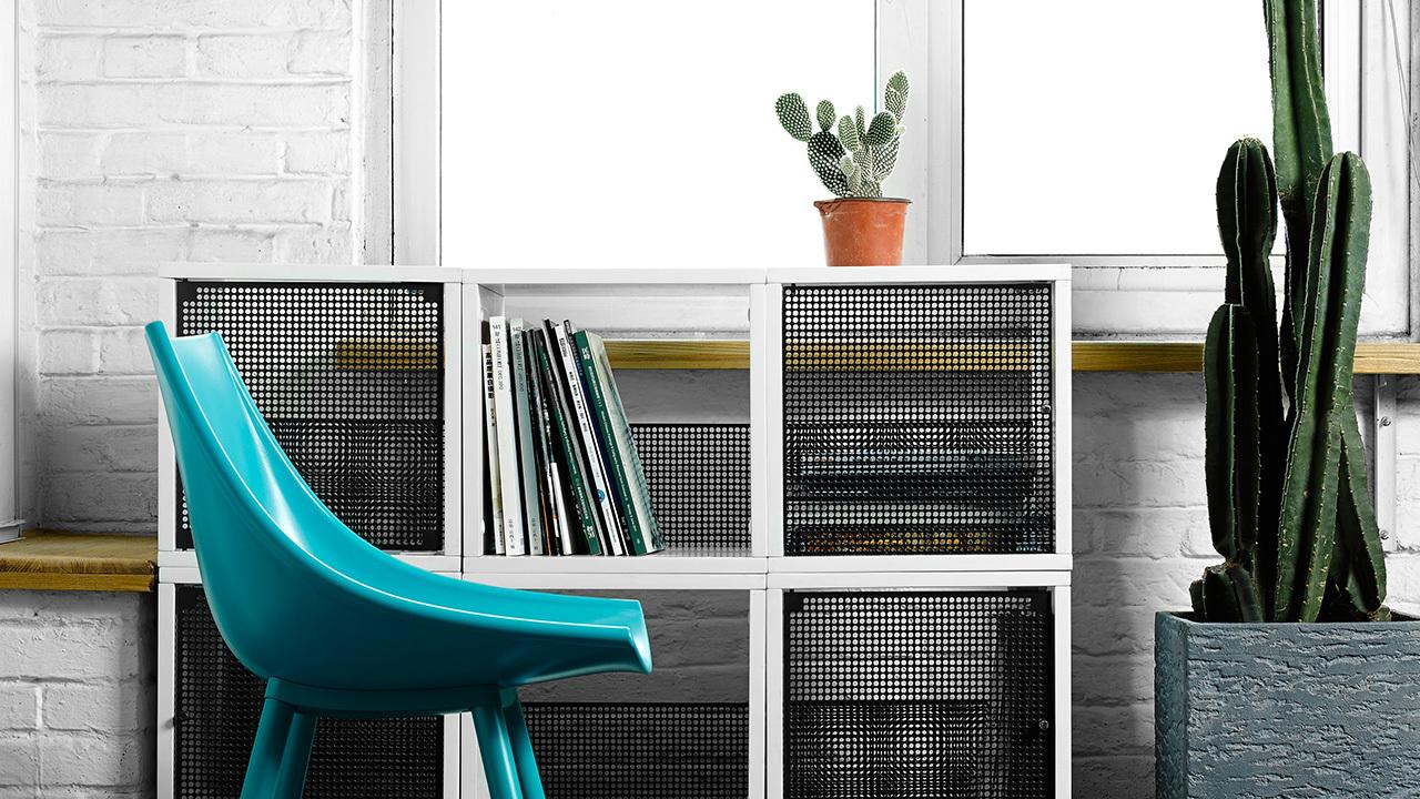 小空间储纳的无处不在就是现代家居的最佳诠释。边柜的选择,不想要正式餐边柜的沉重压力,索性换成自由组合的收纳格,灵感来自博朗收音机的1959格子,躲在边角也给空间性感的下颌线。