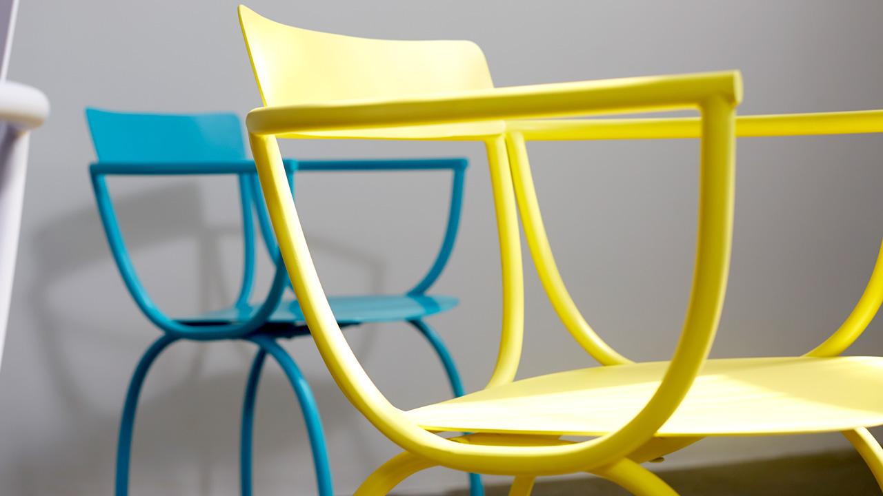 整个设计,由完全对称的弧线组成,将建筑的几何感,融于小小的椅座之间,体现成熟张扬的几何力量。