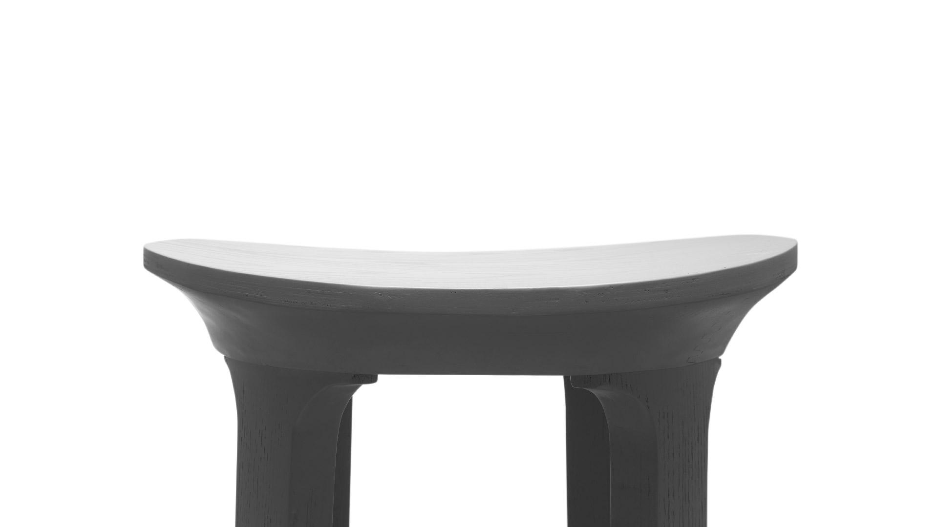 符合人体臀部曲线的马鞍型椅凳,合理承托久坐也自在舒适,与椅腿构成飞檐曲线,营造多维流畅线条,精致设计在细微处也维持一致。