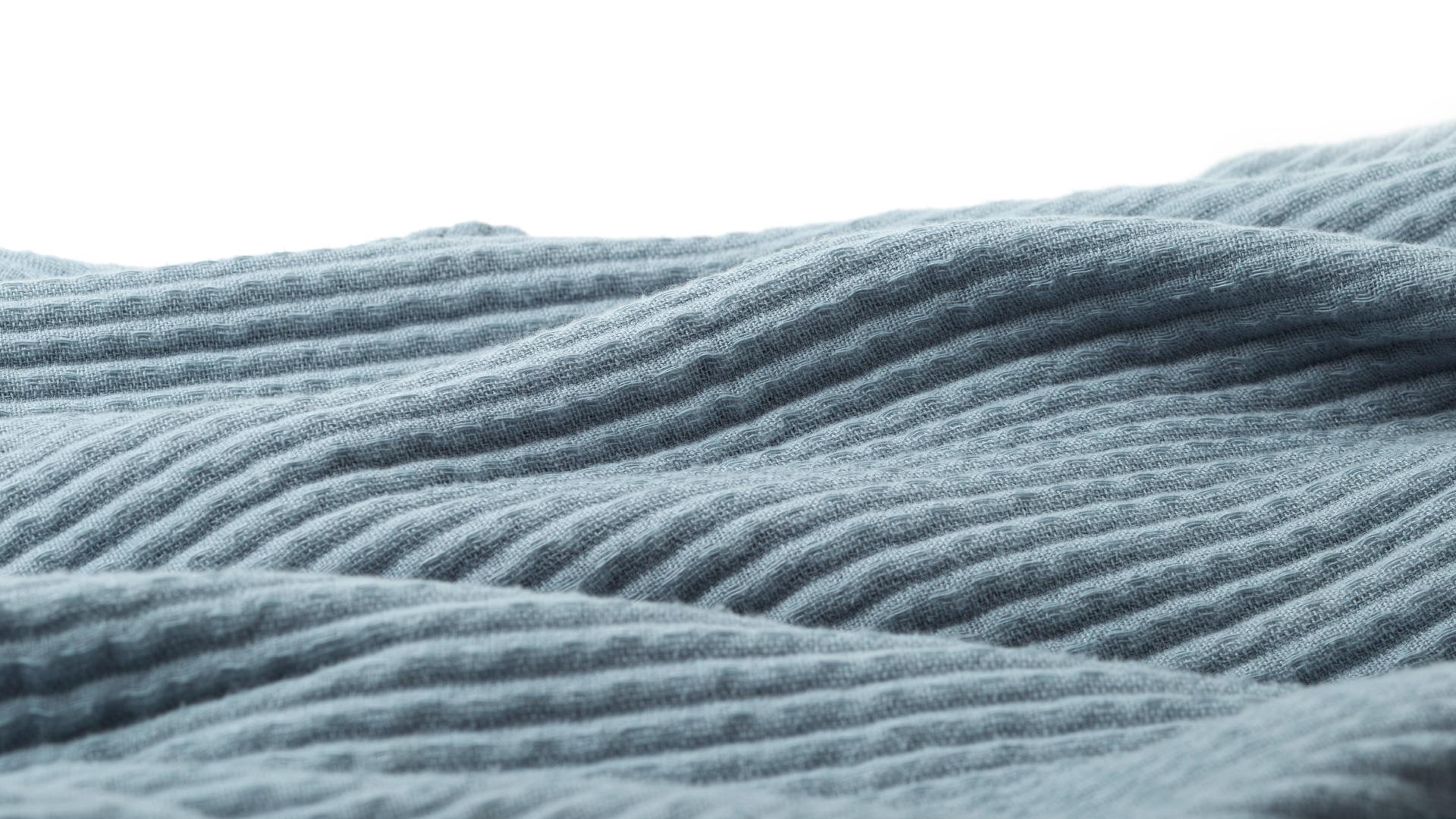 中层织入的蓬松超细羽丝绒线能容纳更多空气,快速散发潮热湿气,帮助自动调节体感温度到最适宜状态,盖上身,不经意就甩掉了夏秋的燥。