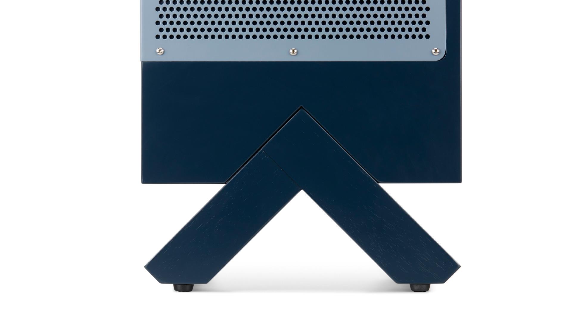 A 级白橡木柜腿,采用最稳固的三角形设计,所有倒角均为对称的45°。经反复测试,既充分考量力学支撑,又兼顾优美线条,哑光半开放漆面呈现出细腻的木质纹理,释放个性的同时亦可稳固承托。