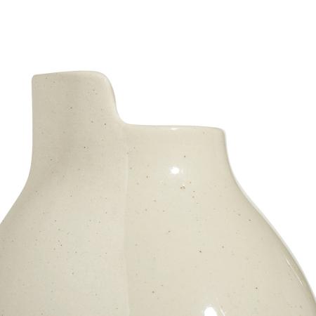 瓶口处半缘对撞设计,与瓶身双面材质相映成趣,兼顾形态上的储水功能考量