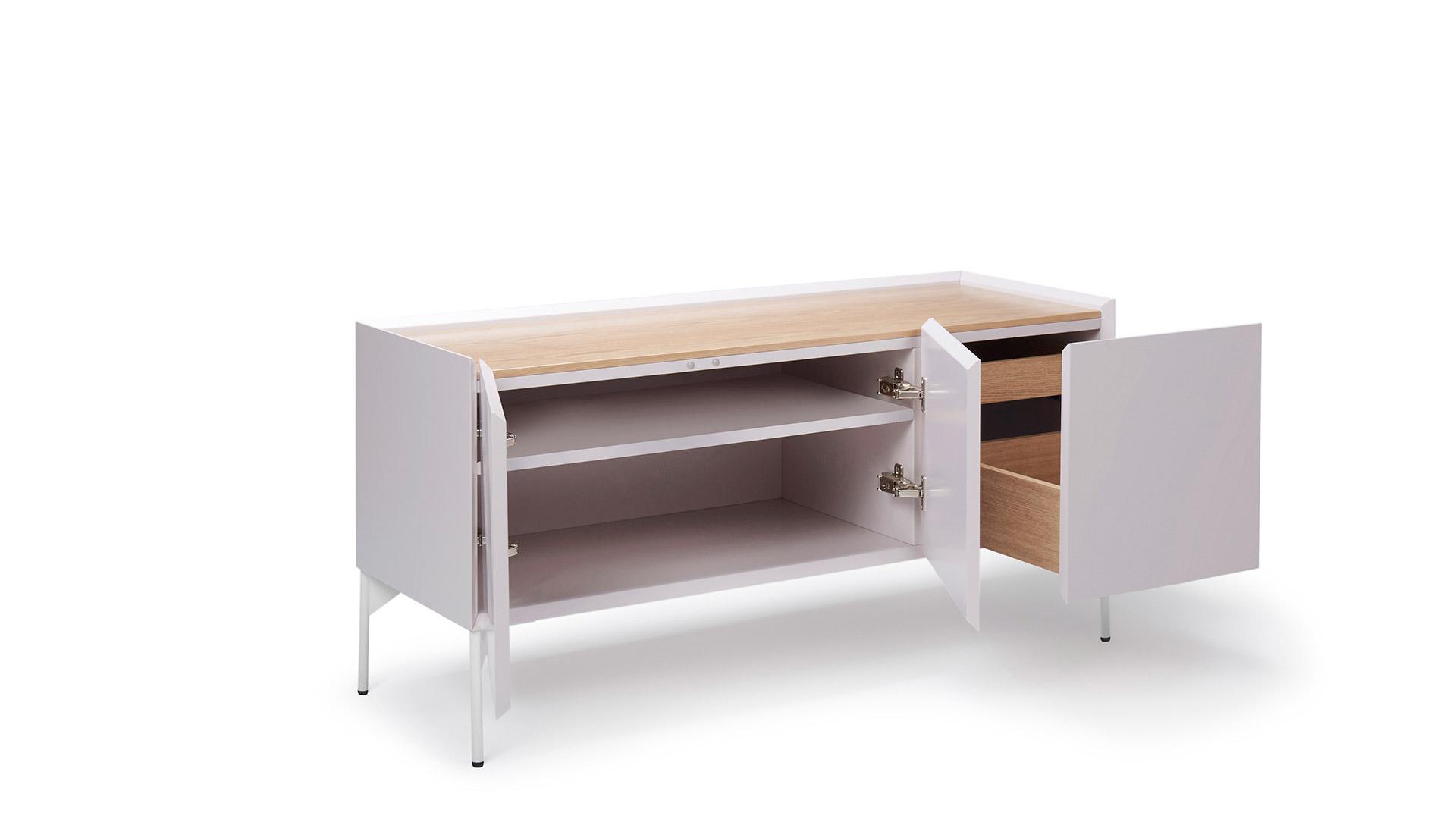 升级版柜体采用进口奥松板和Lamello P连接系统打造。特有的原料木材为生产密度板公认的最佳树种——辐射松,树种纯一、加工工艺严苛、生产设备先进决定了它超一流的世界领先地位,木材结构均匀、质感细腻柔美、环保可持续是其最大特色。相较经典版,升级版在牢固性和稳定性上更加出色。