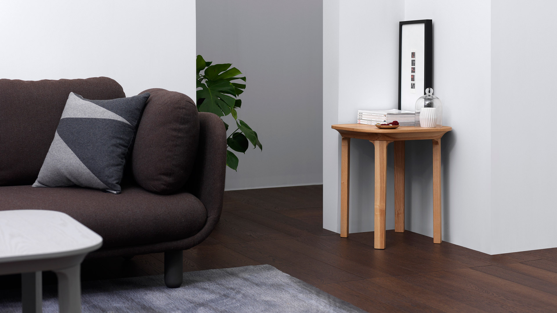把客厅角落交给木本色瓦檐边桌,随手摆放书籍、玩偶、绿植……,不仅灵动方便,还为卧室增添一些自然生趣。