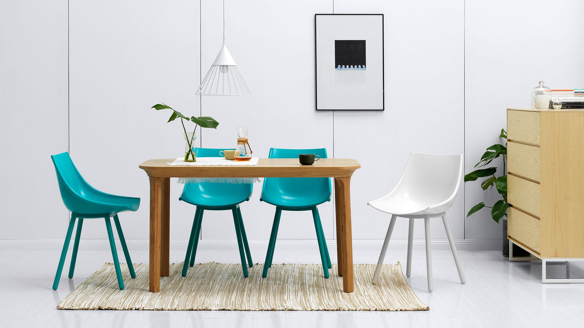 丝绸椅搭配木本色瓦檐餐桌,打造一处精致餐区,圆弧曲线相互呼应,一抹自然色提亮围坐氛围,用餐仪式立添清新。?x-oss-process=image/format,jpg/interlace,1