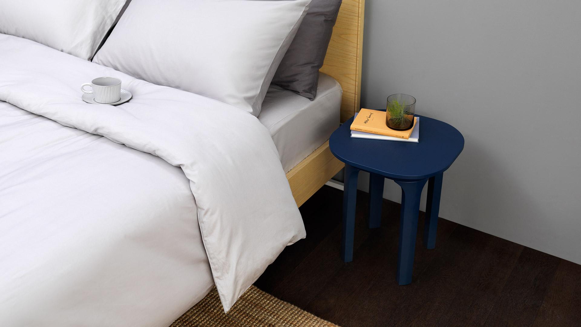 床头柜太过规整笨重?不妨用一个小边桌来代替,体量轻巧又兼具功能性,充分享受精巧布置下的舒适自在。