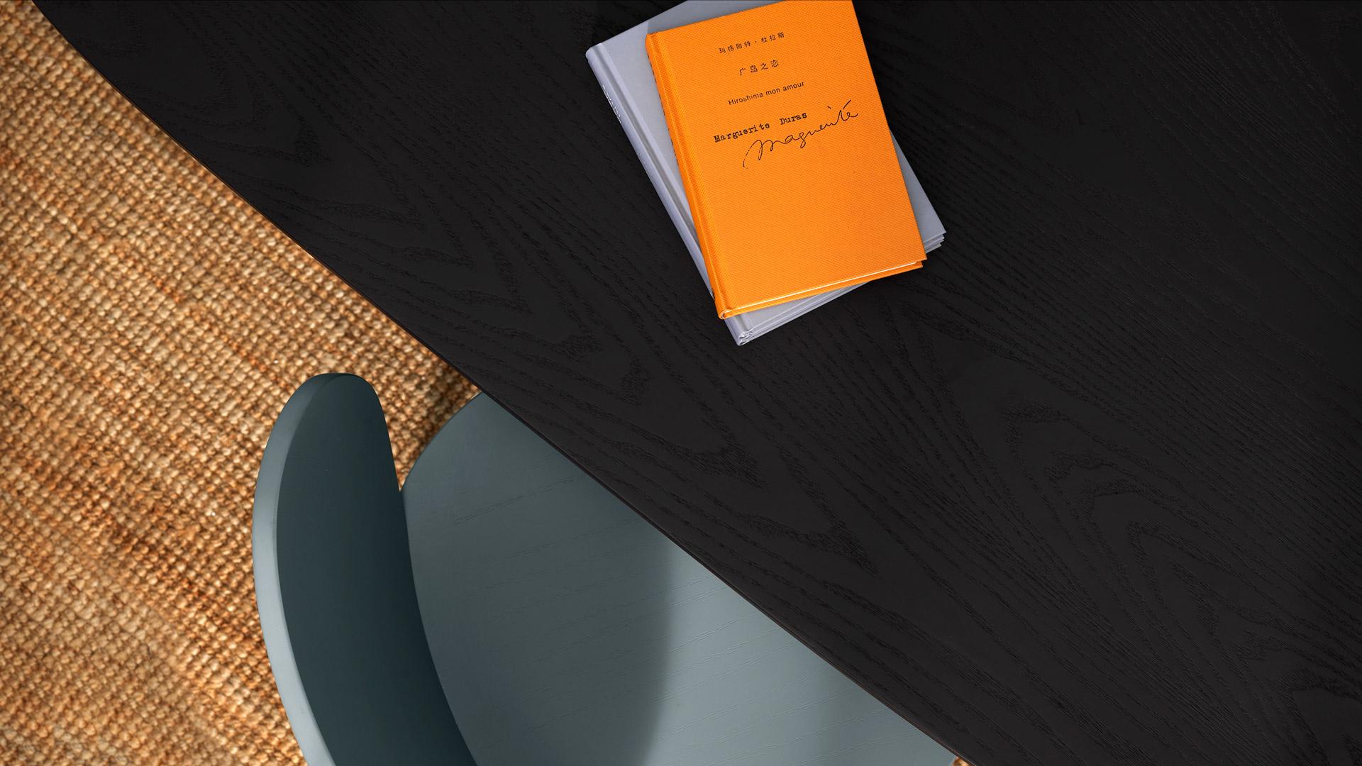 当你厌倦了呆板的书桌,何不以轻灵曲线与质感木纹重新定义它,一张桌也可兼具圆润桌角、弧度桌腿等8处以上曲线,迸发创想灵感。
