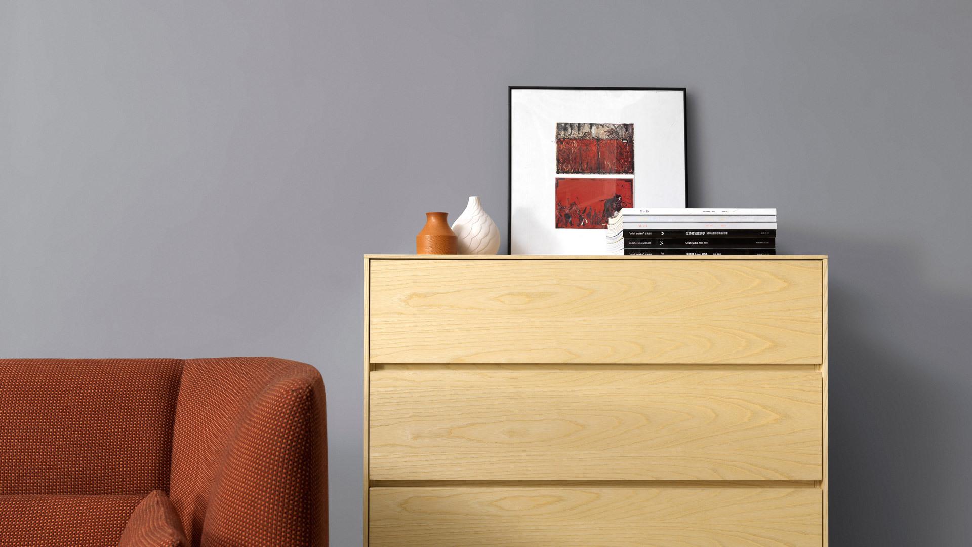 大客厅的丰富层次感,靠墙置于沙发围合区之后,纯净木色托起整个空间的雅致格调,让以沙发为核心的客厅中心更见质感。