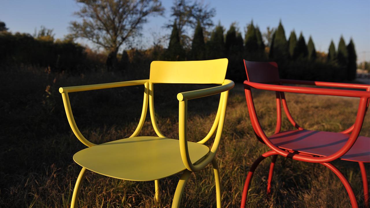 称职耐用的座椅身份来自它表面精细环氧树脂粉末喷涂,源于NCS色彩体系,表达自然细腻的纯净原色。