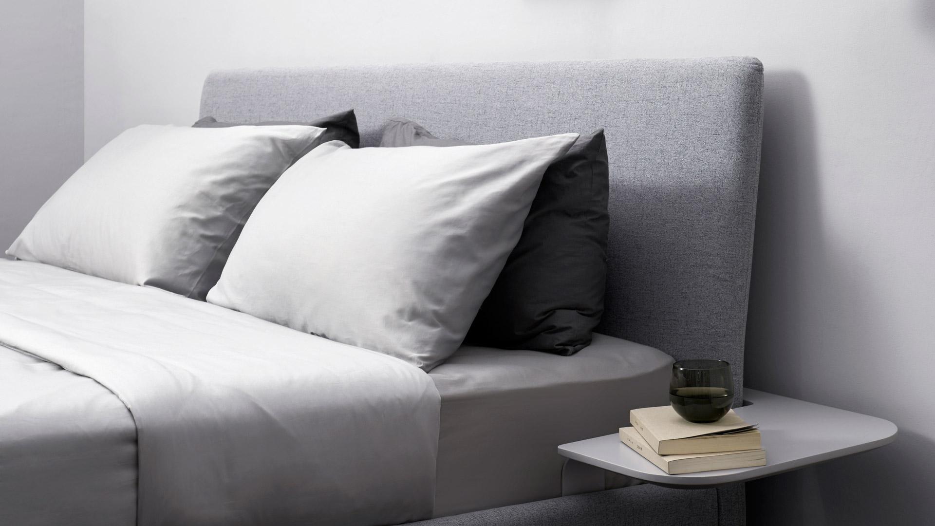 床品选择最稳妥的高级灰色,不让多余的色彩干扰睡眠,视觉感更加柔和清静,没有棱角和冰冷触感云帛床,床头再放置两排抱枕,随意靠躺在床,舒适度瞬间饱满。