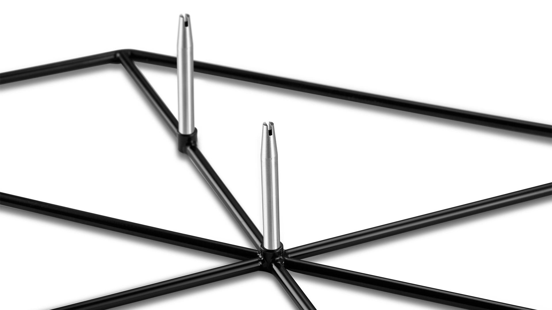 201不锈钢铁架上的28个焊点统一水平不变形,7个标配螺杆双头车工,外直径公差保证在0.3mm以内,垂直安装后保证平行于同一立面,角度公差保证在1mm以内,高精密工艺保证每一个空位精准。