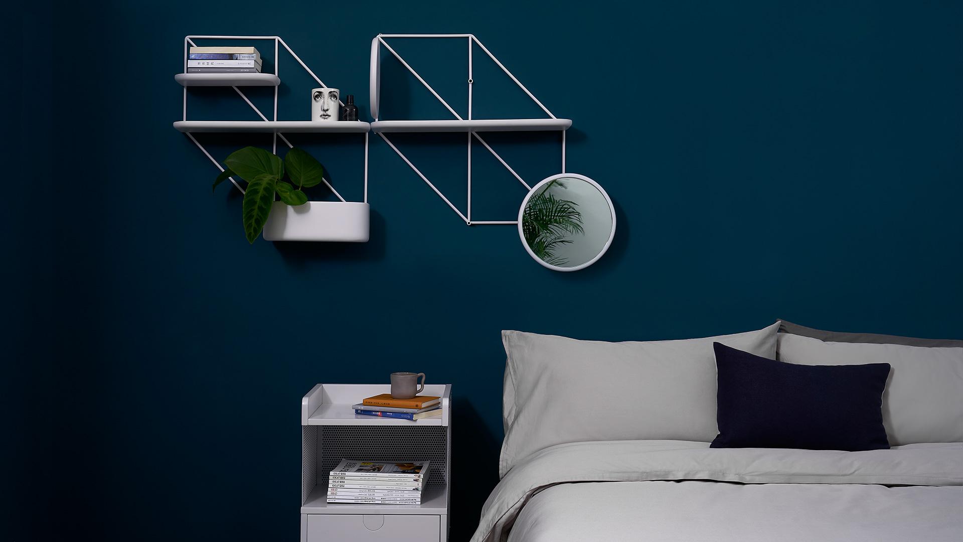 线条连缀,恒星在此诞生,装饰卧室的平行双架,一盆小绿和几本常读枕边书,给深色墙面的结构新意。