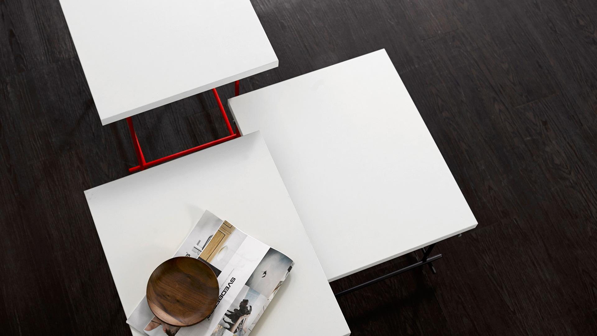 同一个桌面,三重高度变化,解决紧凑空间的置物与收纳问题,也是居室里制造层次感的线条游戏。升级版线几在材质和工艺上做了改良,形态更简洁漂亮,使用更加贴心。?x-oss-process=image/format,jpg/interlace,1