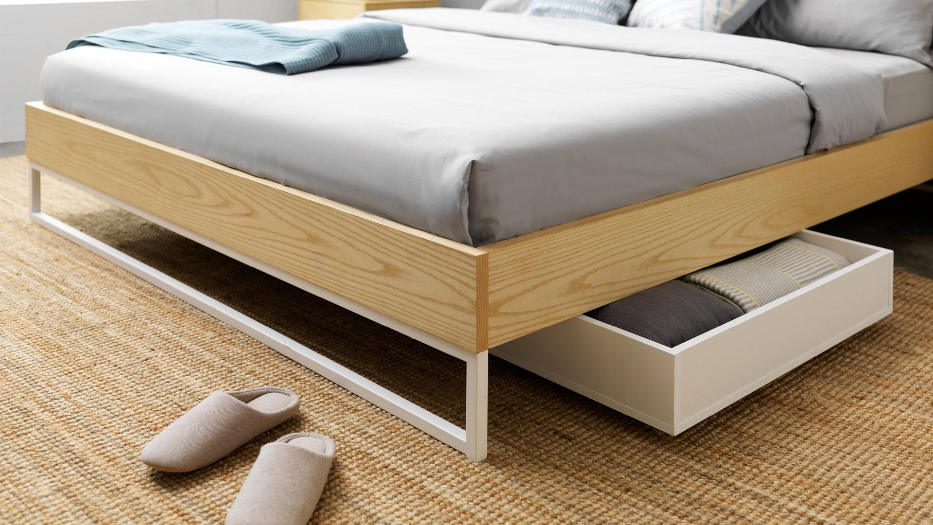 规整利落的几何构线,撑起高挑身型,层次感分明,同时方便床下储物盒的取放,给卧室更多空间表现。