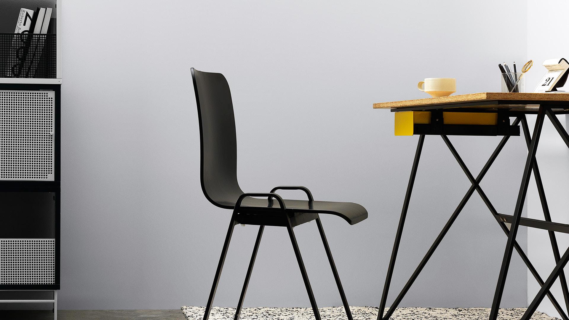 呼应X Desk同样设计语言的支撑腿,空心铁的大气工业感,烘托出工作室严谨思索又放松无压的平衡氛围。
